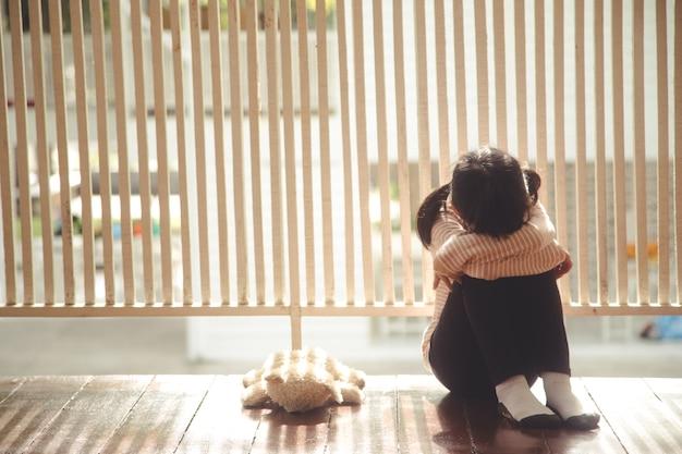 부모는 소녀를 버리고 집에 혼자 있기 위해 그녀는 매우 가난합니다.