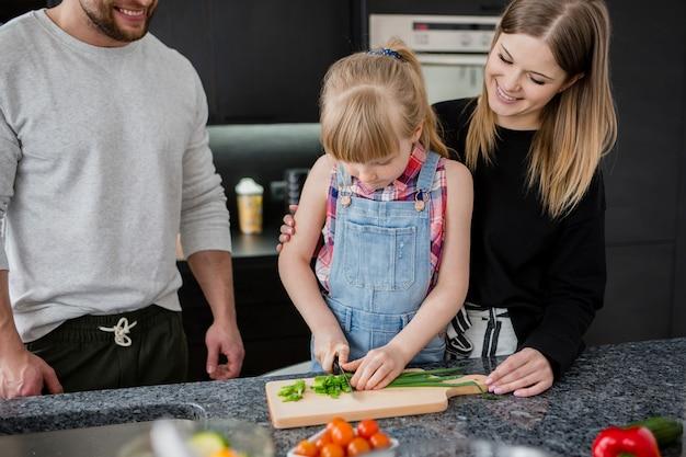 여자 절단 야채를보고 부모