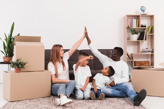 屋内で子供と遊ぶ親