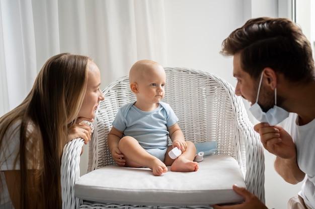 Родители играют с ребенком дома во время карантина