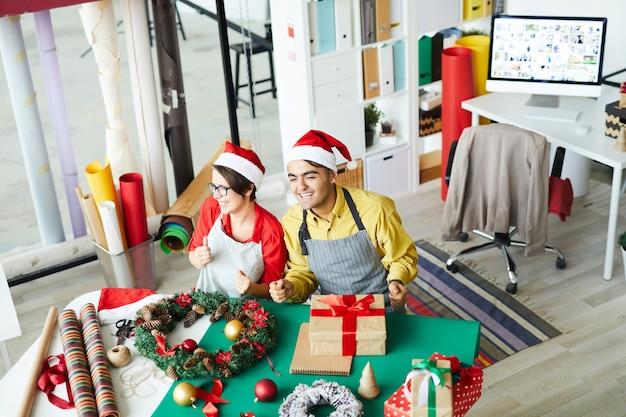 크리스마스 장식을 준비하고 선물을 포장하는 부모