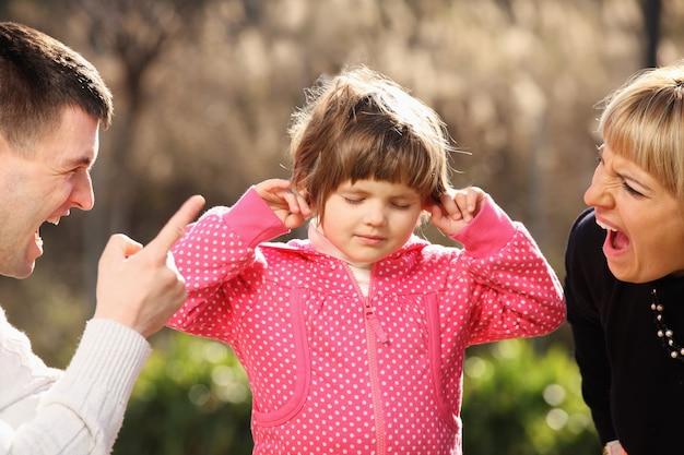 공원에서 어린 소녀를 외치는 부모