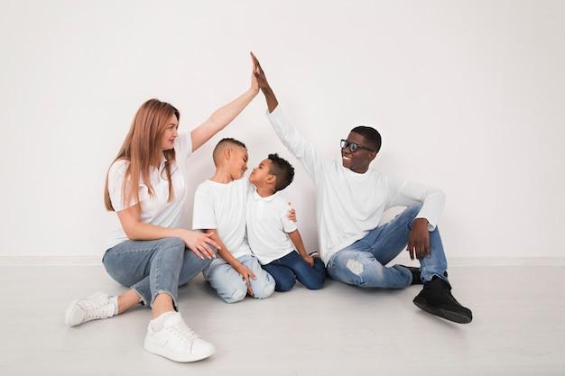 실내에서 아이들과 함께 시간을 보내는 부모