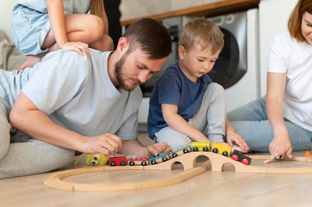 Родители проводят время со своими детьми Premium Фотографии