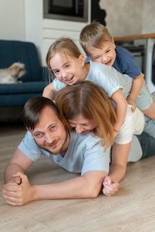 Родители проводят время со своими детьми