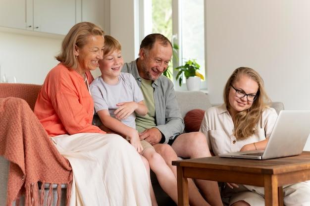 娘や孫と過ごす親