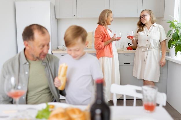 I genitori trascorrono del tempo con la figlia e il nipote a casa