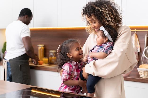 幼い娘と過ごす親