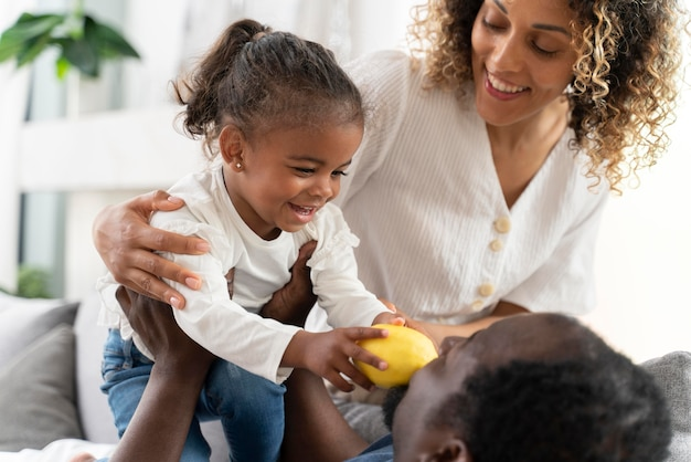家で小さな女の子と一緒に時間を過ごす親