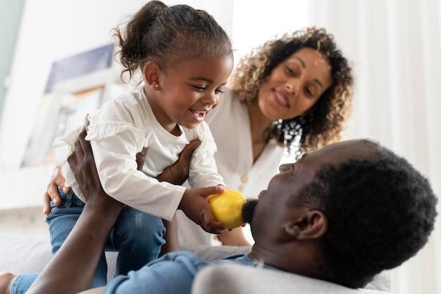 小さな女の子と一緒に時間を過ごす親