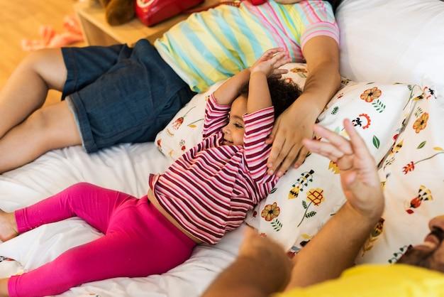 Родители заботятся о своей детской семье