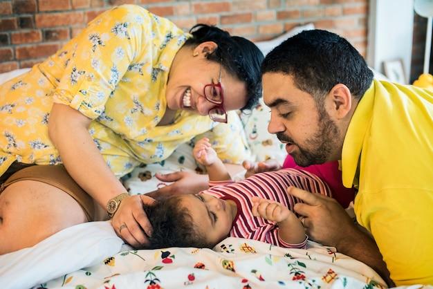 Родители заботятся о своей семье ребенка