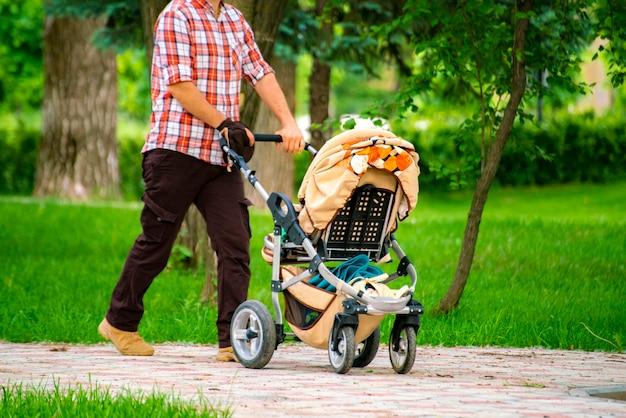 도시 거리 공공 공원 골목에서 야외 산책하는 유모차와 부모
