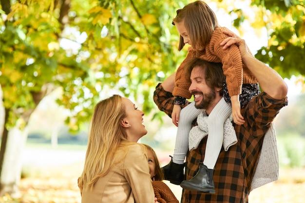 秋の森の中で子供を持つ親