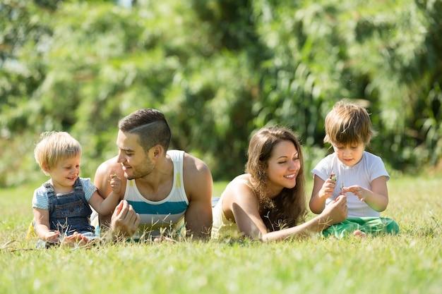 子供たちが芝生に横たわっている親