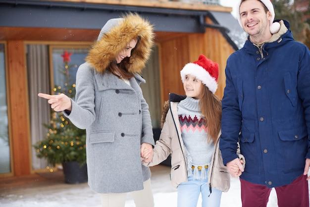 겨울 휴가를 축하하는 딸 가진 부모