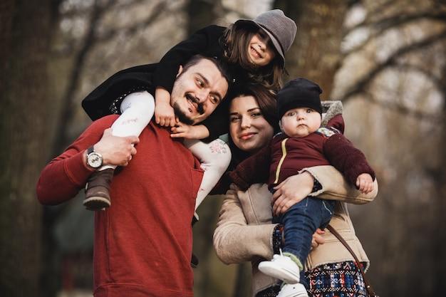 공원에서 포즈를 취하는 아이들과 부모