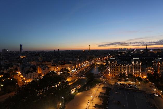 日没時のパリ