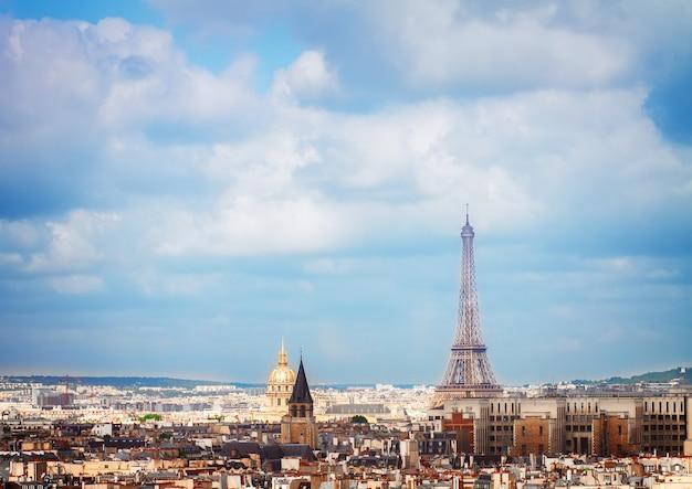 Крыши города парижа с эйфелевой башней сверху, франция, тонированное ретро
