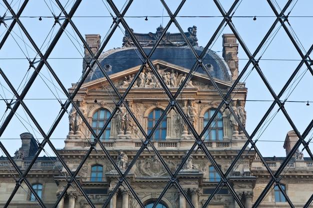 파리 - 정문에 가까운 루브르 피라미드의 세부 사항