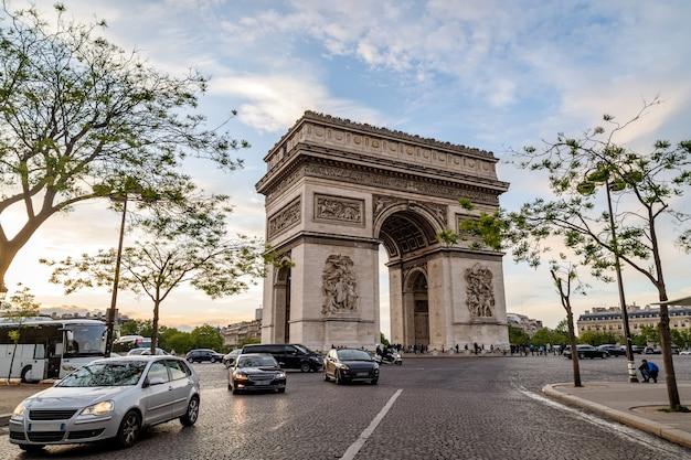 パリフランス凱旋門凱旋門と日没時のシャルル・ド・ゴール広場