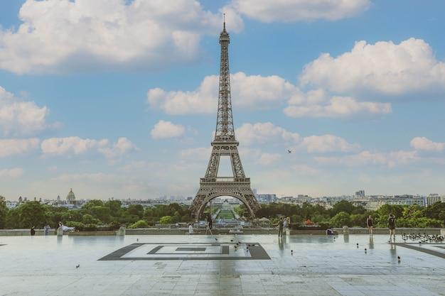 パリ、フランス-2019年6月16日:夏のエッフェル塔。ロマンチックな旅行の背景。エッフェル塔は、パリと愛の伝統的なシンボルです。