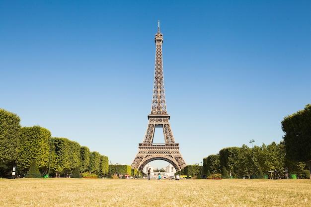 パリ、フランス-2017年6月19日:エッフェル塔の眺め、背景に青い空と朝のシャンデマルスからの眺め