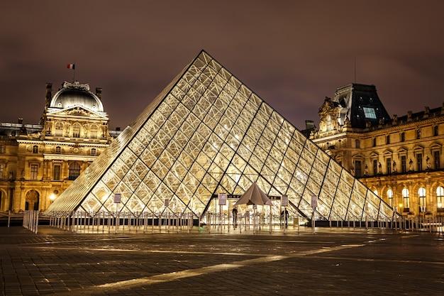 밤에 파리, 프랑스 루브르 박물관