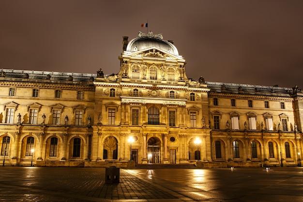 パリ、フランスルーブル美術館の夜
