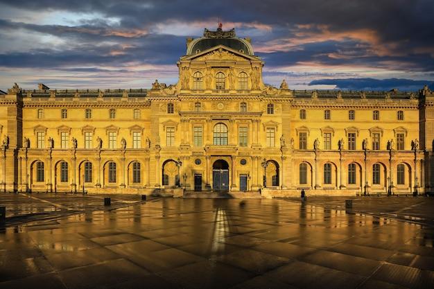 Париж - франция, 5 мая 2019 г .: лувр в сумерках зимой, это одна из самых популярных достопримечательностей парижа.