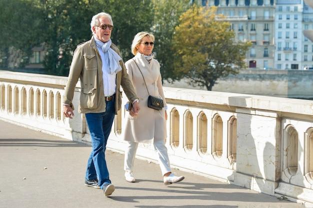 Париж, франция - 16 октября 2016 г .: хорошо одетая пожилая пара идет в париже, франция.