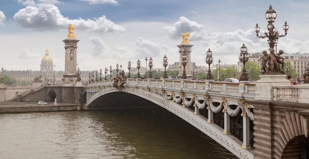 파리, 프랑스-퐁 알렉상드르 iii 다리와 기념물과 강, 흐린 날에 내려다 보이는 파노라마