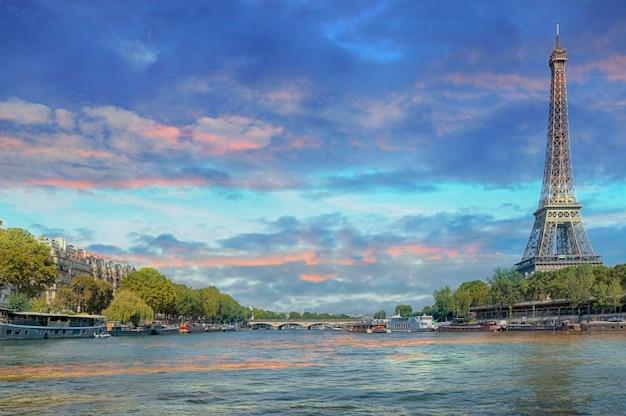 Париж, франция - 13 сентября 2016: эйфелева башня с лодками на реке сена в париже