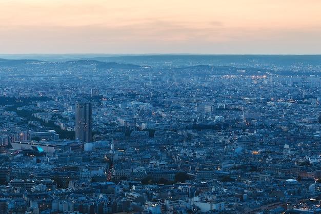 Париж, франция. вид с эйфелевой башни на ночной город