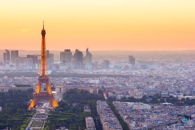 Париж - 9 июля: горизонт парижа с эйфелевой башней сверху в оранжевых сумерках заката, 9 июля 2015 года в париже, франция
