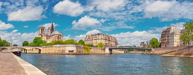 Париж, панорама собора нотр-дам через сену