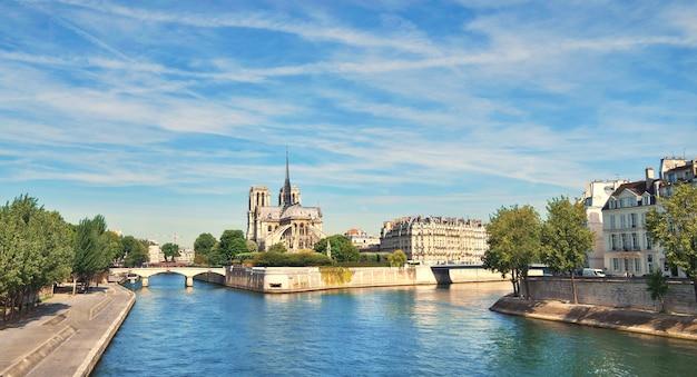 Париж, панорама реки сены с собором нотр-дам