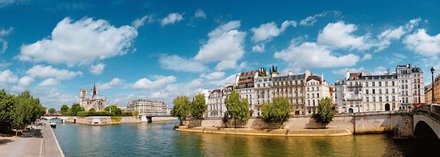 Париж, река сена с собором нотр-дам весной