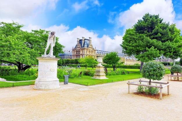 Париж - 18-ое сентября: лувр и парк des tuileries 18 сентября 2013 года. лувр - самый большой музей в париже с почти 35 000 объектов от доисторических времен до 19 века.
