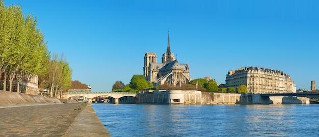 Париж, вид на сену с собором нотр-дам