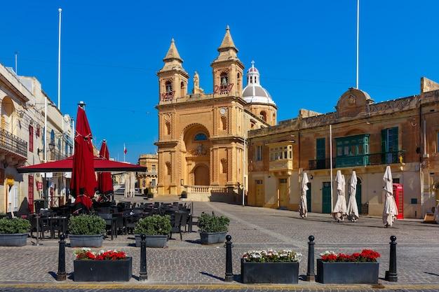 マルタ、マルサシュロックの地中海の漁村のメイン広場にあるポンペイの聖母教区教会
