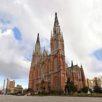 Приход «скорбящей богоматери» в городе ла-плата, столице провинции буэнос-айрес в аргентине.
