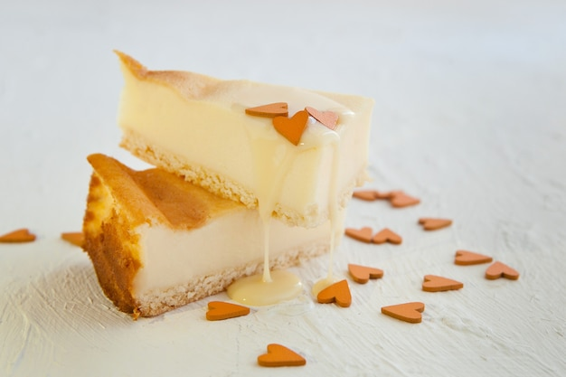 파리지앵 프렌치 커스터드 파이 오렌지 하트가 있는 쇼트브레드 반죽 크러스트에 구운 과자 크림