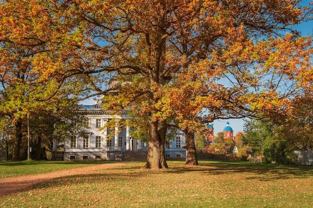 Парк и усадьба рождествено недалеко от гатчины и ленинградской области золотой осенью