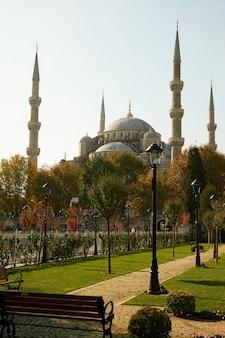 Парк и голубая мечеть, одна из самых известных достопримечательностей стамбула. индюк