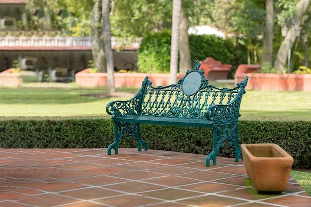 芝生の庭でのんびりするための公園のベンチ