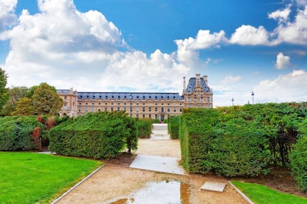 Парк тюильри и лувр, париж, франция.