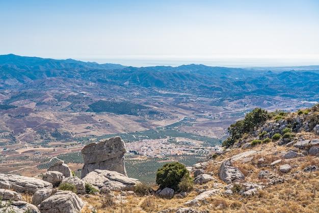 Park el torcal de antequeraは、その珍しい地形で知られており、最も印象的なカルスト地形の1つです。