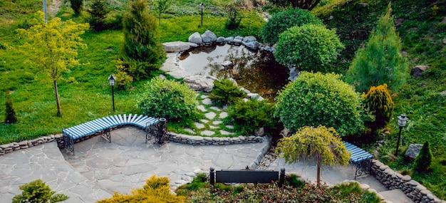 Парк полон растительности