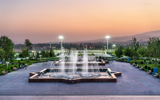 タジキスタンの首都ドゥシャンベの市内中心部にある公園。中央アジア